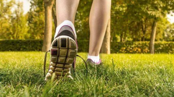 研究证实:日行8000步,死亡风险降低50%!快走、慢走、或累计步数与死亡风险没有关联